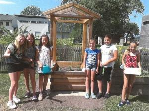 Direktorin Elke Leopold mit Schülerinnen der VS Sankt Margarethen